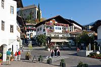 Italien, Suedtirol, bei Meran, Schenna: Ortszentrum und Schloss Schenna   Italy, South Tyrol, Alto Adige, near Merano, Scena: village centre and Castle Scena