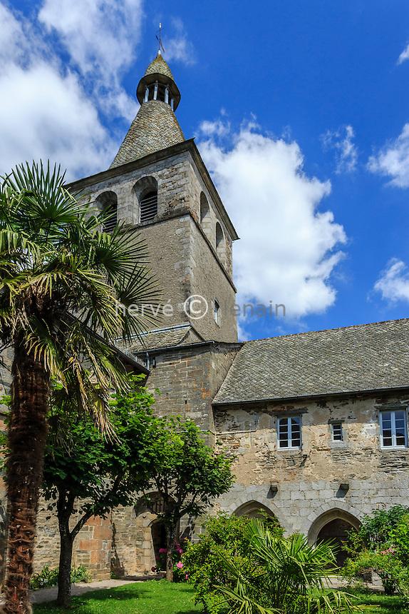 France, Cantal (15), Montsalvy, cloître Saint-Gausbert au coeur de l'abbaye // France, Cantal, Montsalvy, Saint Gausbert cloister in the abbey