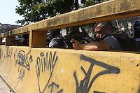 RIO DE JANEIRO, RJ, 11.04.2014 - REINTEGRACAO DE POSSE TERRENO OI - Movimentacao de policiais após os confrontos gerados na reintegração de posse do terreno da Oi, no Engenho Novo, Subúrbio do Rio, nesta sexta-feira (11). (Foto: Celso Barbosa / Brazil Photo Press).