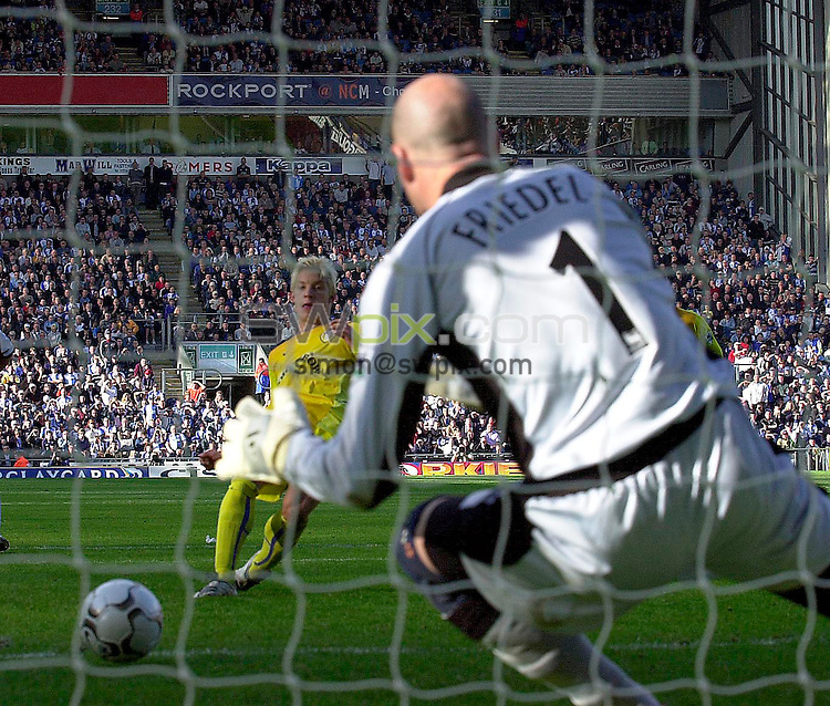 Pix: Ben Duffy/SWpix.com....BarclayCard Premiership Football....Blackburn Rovers v Leeds United......22/09/2002...COPYWRIGHT PICTURE©>>SIMON WILKINSON>>01943 436649>>..Leed's Alan Smith has his penalty saved by Blackburns Brad Friedel