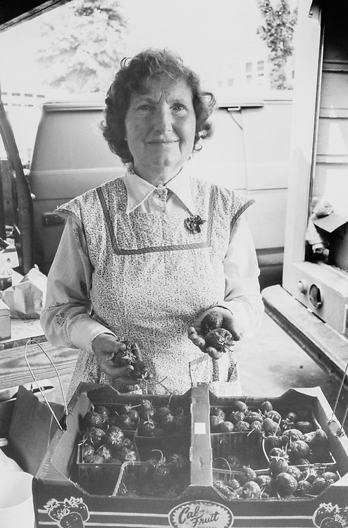 Martha Fowler from Sunny side farm Maryland selling strawberries, on May 30, 1991. (Photo by Laura Patterson/CQ Roll Call via Getty Images)