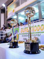 SAN ANDRES - COLOMBIA. 28-11-2018: Trofeo de la Liga es visto previo al juego donde Titanes celebró como campeón de la Liga Profesional de Baloncesto 2018 de Colombia después del quinto partido de la serie final entre Islands Warrios de San Andrés y Titanes de Barranquilla disputado en el coliseo Genny Bay de San Andrés Islas. Titanes ganaron como vistantes por marcador de 74-79 en estra tiempo. / Trophy of the Liga is seen before the match where Titanes celebrated as champions of Professional League of Basketball 2018 of Colombia after fifth match of the final serie between Islands Warriors of San Andres and Titanes of Barranquilla played at Genny Bay coliseum in San Andres island. Titanes won as a visitant by score of 74-79 in extra time. Photo: VizzorImage / John Hudson / Cont