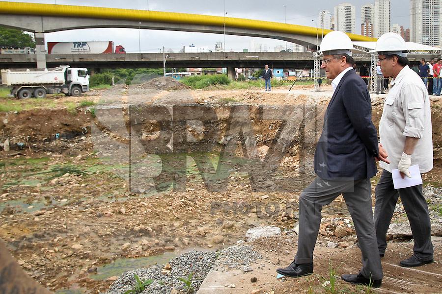 SAO PAULO, SP, 21 DE JANEIRO 2013 - ALCKMIN VISTORIA RESERVATORIO GUAMIRANGA - O governador Geraldo Alckmin durante inspenção das obras de contenção da margem do rio Tamanduateí, na Avenida dos Estados, e a construção do reservatório de Guamiranga, ambos no bairro da Vila Prudente, zona Leste de São Paulo..O Governo do Estado de São Paulo está investindo R$ 113,7 milhões na construção do piscinão Guaramiranga, que terá capacidade de reservar 850 mil metros cúbicos de água das chuvas, contribuindo para evitar inundações na região, beneficiando mais de 500 mil pessoas. Nesta segunda-feira, 21. (FOTO: ALE VIANNA / BRAZIL PHOTO PRESS).