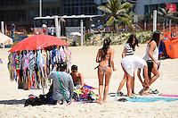 RIO DE JANEIRO, RJ, 10.02.2014 - CLIMA TEMPO / PRAIA / IPANEMA / RJ- Movimentação de banhistas na praia de Ipanema, com muito sol, calor e água do mar gelada e comprevisão de durante a semana com dias quentes, na manhã desta segunda-feira (10), em Ipanema na zona sul da cidade do Rio de Janeiro, na  desta . (Foto: Marcelo Fonseca / Brazil Photo Press).