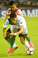 BARRANQUIILLA -COLOMBIA-03-08-2017: German Gutierrez (Izq) del Atlético Junior de Colombia disputa el balón con Andres Felipe Roa (Der) jugador de Deportivo Cali de Colombia durante partido por la segunda fase, llave 2, de la Copa CONMEBOL Sudamericana 2017  jugado en el estadio Metropolitano Roberto Meléndez de la ciudad de Barranquilla. / German Gutierrez (L) player of Atlético Junior of Colombia struggles the ball with Andres Felipe Roa (R) player of Deportivo Cali of Colombia during match for the second phase, key 2, of the Copa CONMEBOL Sudamericana 2017played at Metropolitano Roberto Melendez stadium in Barranquilla city.  Photo: VizzorImage/ Alfonso Cervantes / Cont
