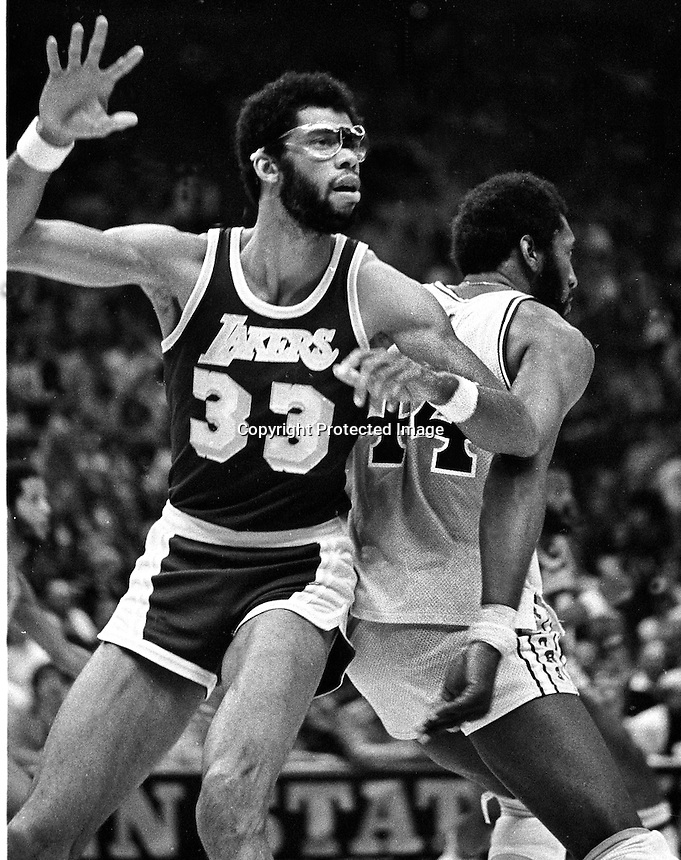 Golden State Warriors vs Los Angles Lakers, Kareem Abdul-Jabbar guarded by Warriors Clifford Ray. (1977 photo/Ron Riesterer)