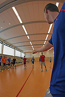 Büttelborn 19.03.2016: Ultimate Frisbee Workshop, Kreissporthalle<br /> Sebastian Riek demonstriert die Wurftechnik<br /> Foto: Vollformat/Marc Schüler, Schäfergasse 5, 65428 Rüsselsheim, Fon 0151/11654988, Bankverbindung Kreissparkasse Gross Gerau BLZ. 50852553 , KTO. 16003352. Alle Honorare zzgl. 7% MwSt.
