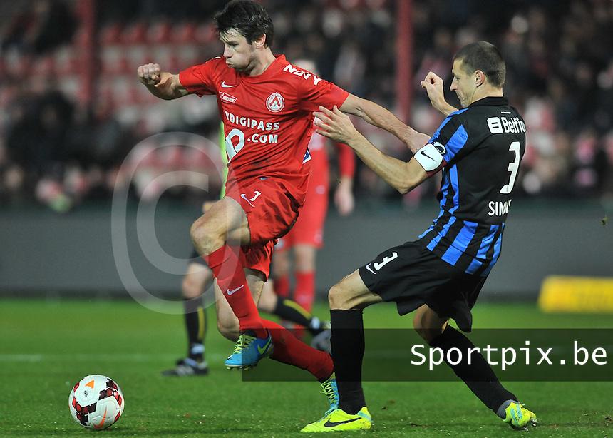 KV Kortrijk - Club Brugge KV : Stijn De Smet aan de bal voor Timmy Simons (rechts)<br /> foto VDB / Bart Vandenbroucke
