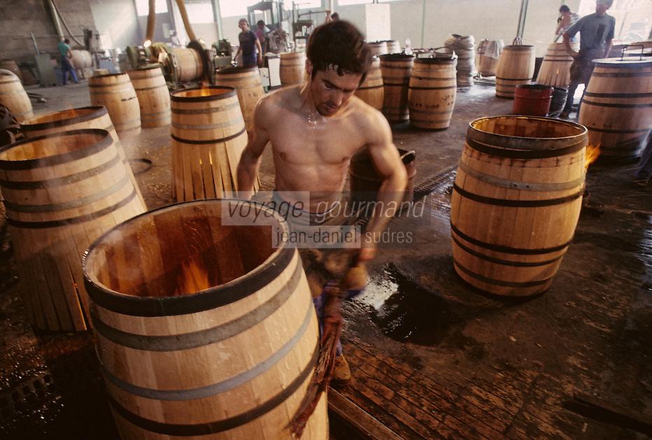 Europe/France/Poitou-Charentes/16/Charente/Cognac/Tonnellerie Seguin Moreau: Ponçage<br /> PHOTO D'ARCHIVES // ARCHIVAL IMAGES<br /> FRANCE 1990