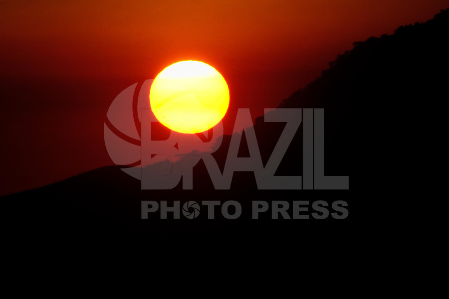 ILHA BELA, SP, 07.02.2014 - TURISMO / LITORAL NORTE / SP - POR DO SOL - ILHA BELA- Por do Sol na praia de Pereque em Ilha Bela, litoral norte do estado de Sao Paulo na tarde desta sexta-feira , 07. (Foto: Andre Hanni / <br /> Brazil Photo Press).