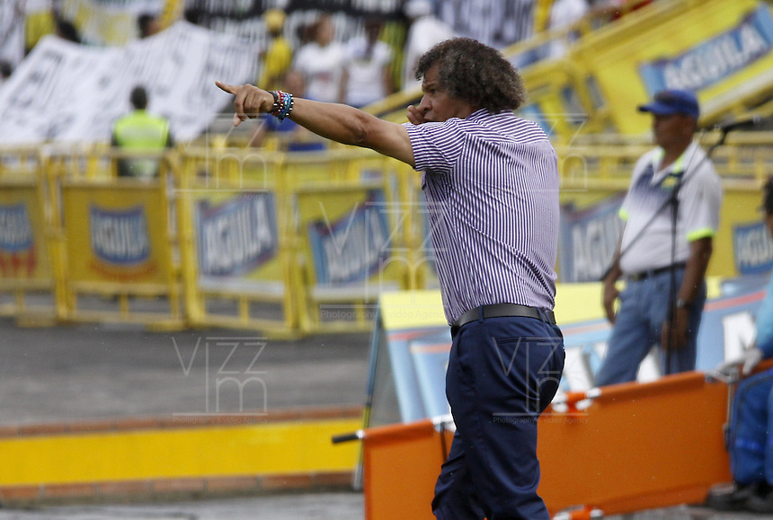 NEIVA, COLOMBIA, 24-04-2016: Alberto Gamero técnico de Deportes Tolima gesticula durante partido contra Atlético Huila por la fecha 14 de la Liga Águila I 2016 jugado en el estadio Guillermo Plazas Alcid de la ciudad de Neiva./ Alberto Gamero coach of Deportes Tolima gestures during match against Atletico Huila for the date 14 of the Aguila League I 2016 played at Guillermo Plazas Alcid in Neiva city. VizzorImage / Sergio Reyes / Cont