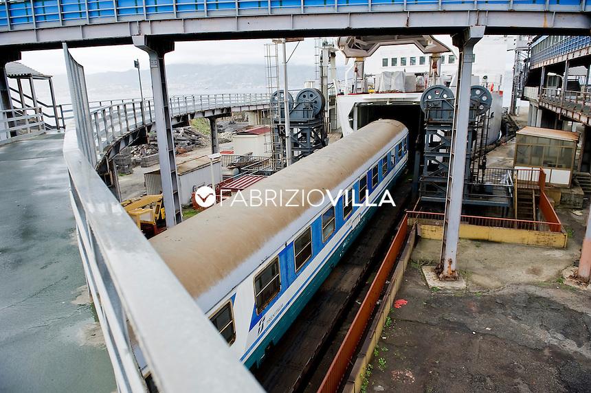 La nave traghetto Scilla della compagnia Bluvia, Ferrovie dello Stato, collega Villa San Giovanni con Messina trasportando passeggeri con auto al seguito e treni. Nella foto l'ingresso dentro la nave dei vagoni passeggeri dei treni.