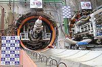SAO PAULO, SP, 04.11.2013 - ALCKMIN/OBRAS METRO - O governador Geraldo Alckmin acompanha o início dos trabalhos de escavação do segundo de três tatuzões que vão abrir os túneis por onde vão passar os trens da Linha 5-Lilás.<br /> Pela primeira vez na história, dois tatuzões (shields) irão escavar uma mesma linha de metrô no Brasil. Isso acontece em São Paulo, na extensão da Linha 5, que vai ligar o Largo Treze à Chácara Klabin, acrescentando 11,5 quilômetros e 11 novas estações ao sistema metroviário paulista. Em Santo Amaro regiao sul de Sao Paulo, nesta segunda-feira, 04. (Foto: Vanessa Carvalho / Brazil Photo Press).