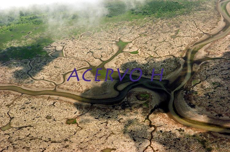 """Com a seca no Amazonas o lago Anam"""" que fica a 168km de Manaus est· complatamente seco, na pior estiagem dos ˙ltimos 40 anos j· perdeu 80% de seu volume.<br /> Anam"""", Amazonas, Brasil<br /> 12/10/2005<br /> Foto Luiz Vasconcelos/Interfoto"""