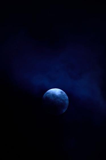 &quot;He visto la creaci&oacute;n de infinitos sistemas estelares m&aacute;s all&aacute; de vuestro mundo.<br /> <br /> Los sonidos y silencios de las m&aacute;s remotas galaxias estallar en nebulosas de luces y sombras.<br /> <br /> He conocido otros universos, ancestrales, oscuros y habitados&quot;.<br /> <br /> Peregrina / superluna azul, 31 de enero de 2018.<br /> <br /> EDICI&Oacute;N LIMITADA (10)