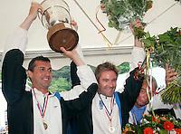 06-06-10, Tennis, Den Haag, Playoffs Eredivisie, Òeimonias coaches Mark Paul Burgersdijk en Tim Rompa met de beker, Nick Fleurie rechts