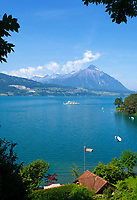 CHE, SCHWEIZ, Kanton Bern, Berner Oberland, Thunersee: Ausflugsschiff vorm Niesen (2.362 m) | CHE, Switzerland, Bern Canton, Bernese Oberland, Lake Thun: excursion ship and Niesen mountain