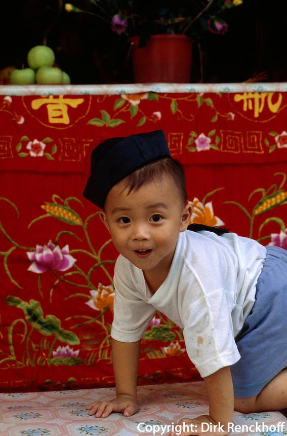 China, Kanton (Canton, Guangzhou), Kind im buddhistischen Tempel Liu Rong Si