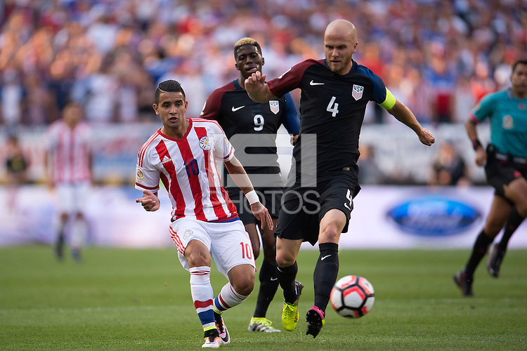Action photo during the match USA vs Paraguay at Lincoln Financial Field, Copa America Centenario 2016. ---Foto  de accion durante el partido USA vs Paraguay, En el Lincoln Financial Field, Partido Correspondiante al Grupo - D -  de la Copa America Centenario USA 2016, en la foto: Derlis González, Michael Bradley