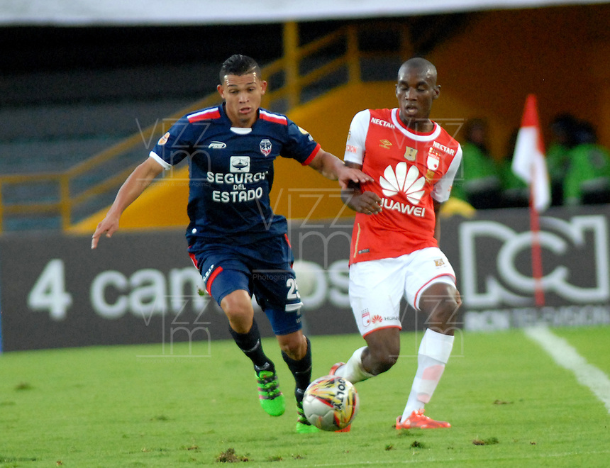 BOGOTA - COLOMBIA - 14-05-2016: Dairon Mosquera (Der.) jugador de Independiente Santa Fe disputa el balón con Carlos Rodriguez (Izq.) jugador de Fortaleza FC, durante partido por la fecha 18 entre Independiente Santa Fe y Fortaleza FC, de la Liga Aguila I-2016, en el estadio Nemesio Camacho El Campin de la ciudad de Bogota. / Dairon Mosquera (R) player of Independiente Santa Fe struggles for the ball with Carlos Rodriguez (L) goalkeeper of Fortaleza FC, during a match of the date 18 between Independiente Santa Fe and Fortaleza FC, for the Liga Aguila I -2016 at the Nemesio Camacho El Campin Stadium in Bogota city, Photo: VizzorImage / Luis Ramirez / Staff.