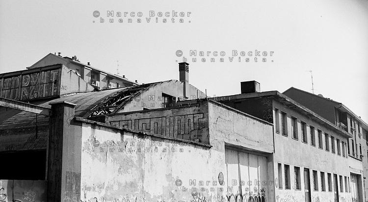 Milano, quartiere Dergano - Bovisa, periferia nord. Vecchia fabbrica in disuso --- Milan, Dergano - Bovisa district, north periphery. Old disused factory