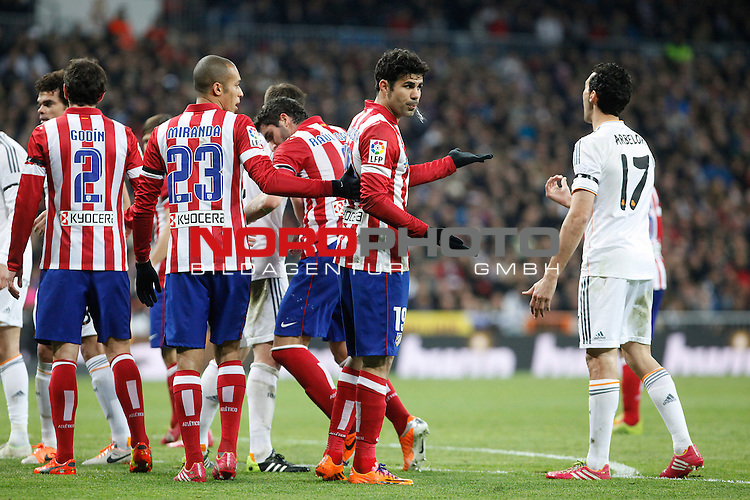 Real Madrid¬¥s Arbeloa (R) and Atletico de Madrid¬¥s Diego Costa (2R) argue during King¬¥s Cup (Copa del Rey) semifinal match in Santiago Bernabeu stadium in Madrid, Spain. February 05, 2014. Foto © nph / Victor Blanco)