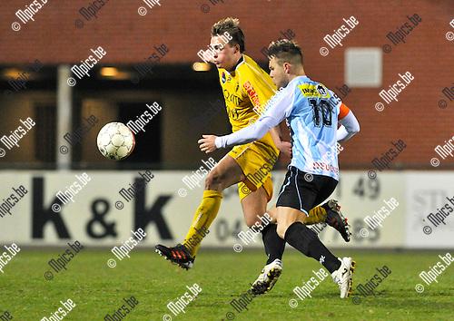2013-03-02 / voetbal / seizoen 2012-2013 / Verbroedering Geel-Meerhout - Coxyde / Marijn Steurs (r) (VGM) in duel met Christophe De Loore (l) (Coxyde)