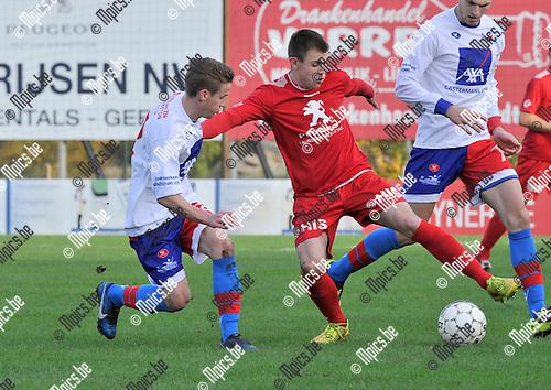 2014-11-09 / voetbal / seizoen 2014-2015 / VC Herentals - Bilzerse Wiltwalder / Sam Vlaeymans (r) (Herentals) in duel met Ben Vos (l) (Bilzerse)