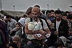 Frontiera Ungheria &ndash; Austria, Novembre 2015 <br /> <br /> Padre tiene in braccio il figlio nato da pochi giorni. La famiglia fugge dalla Siria e come tutti gli altri profughi desidera arrivare in Germania. <br /> Si trovano fermi alla frontiera da alcuni giorni sotto la stretta sorveglianza della polizia.
