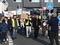 Demonstration der Anwohner und Sympathisanten vom Bahnhof Kelsterbach zum Rathaus für den Erhalt des Kiosk von Mehmet Karaüzüm (vr), Raimondo Cademas am Megaphon - 21.02.2019: Demonstration für den Erhalt des Kiosk an der Niederhölle in Kelsterbach