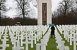 Foto: VidiPhoto<br /> <br /> BASTOGNE – Op 16 december is het precies 75 jaar geleden dat Hitler een laatste serieuze poging deed om de geallieerde opmars tot stilstand te brengen en de haven van Antwerpen in handen te krijgen. Het Ardennenoffensief was tegen de zin van de Duitse generaals, omdat er onvoldoende getrainde manschappen beschikbaar waren en nauwelijks brandstofvoorraden. In totaal kwamen er 160.000 militairen aan zowel Duitse als geallieerde zijde om het leven. Foto: De Amerikaanse militaire begraafplaats bij Hamm in Luxemburg, waar ruim 5000 militairen liggen begraven die onder meer bij het Ardennenoffensief om het leven zijn gekomen.