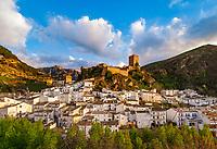 Spanien, Andalusien, Provinz Jaén, Cazorla: weisses Dorf mit Burganlage in der Sierra de Cazorla   Spain, Andalusia, Province Jaén, Cazorla: pueblo blanco with castle at Sierra de Cazorla mountains