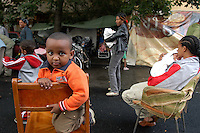 Roma, 29 Settembre 2005.Via Sannio.Famiglie provenienti dall'Etiopia dormono in strada con numerosi bambini..Le Famiglie(tutte richiedenti asilo) sono state sgomberate da una palazzina occupata..Rome, 29 September 2005.Families from Ethiopia sleeping in the street with many children..Families (all refugees) were evicted from a building occupied