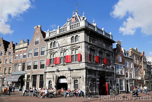 Nederland Haarlem 2015. Rond 1597 is De Waag onder leiding van de Haarlemse stadsarchitect Lieven de Key gebouwd als gemeentelijk handels- en accijnskantoor. Op de begane grond in de Waag werden in de  waaghal goederen gewogen. Afhankelijke van het gewicht werd er belasting over geheven. De locatie van het gebouw was tactisch gekozen omdat schepen aan het Spaarne konden aanmeren om hun handelswaar te lossen. Nadat het gebouw vanaf 1915 niet meer gebruikt werd als gemeentelijk handels en accijnskantoor, werd het een opslagplaats   voor de gemeentelijke brandspuiten. Tegenwoordig is in De Waag het café restaurant Taverne de Waag gevestigd.