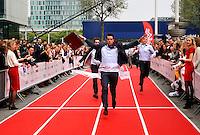 Jaarlijkse Hakken/ Pakken run voor mensen die werken op de Zuidas van Amsterdam. Mannen rennen in pak , vrouwen op hoge hakken. 2014