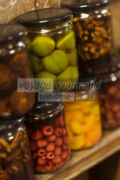 Europe/France/Aquitaine/24/Dordogne/Vallée de la Dordogne/Périgord/Périgord Noir/Sarlat-la-Canéda: Bocaux de fruits macérés à l'eau de vie à la distillerie de la Salamandre