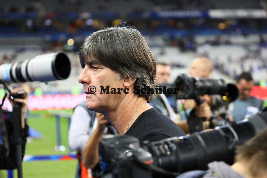 Bundestrainer Joachim Loew (Deutschland Germany) im Fokus des medialen Interesses bei seinem Schicksalsspiel - 16.10.2018: Frankreich vs. Deutschland, 4. Spieltag UEFA Nations League, Stade de France, DISCLAIMER: DFB regulations prohibit any use of photographs as image sequences and/or quasi-video.