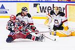 S&ouml;dert&auml;lje 2014-01-06 Ishockey Hockeyallsvenskan S&ouml;dert&auml;lje SK - Malm&ouml; Redhawks :  <br />  Malm&ouml; Redhawks Joey Tenute har h&auml;mtat upp ett fril&auml;ge f&ouml;r S&ouml;dert&auml;ljes Jason Gregoire under tredje perioden och avstyr situationen framf&ouml;r Malm&ouml; Redhawks m&aring;lvakt Robin Rahm <br /> (Foto: Kenta J&ouml;nsson) Nyckelord: