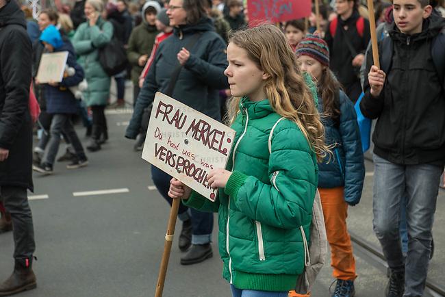 """Schuelerstreik und Demonstration """"Fridays4Future"""" (#f4f) in Berlin.<br /> Mehr als 10.000 Menschen, hauptsaechlich Schuelerinnen und Schuler kamen am Freitag den 15. Maerz 2019 in Berlin zur woechentlichen Klimademonstration um gegen die Klimapolitik der Bundesegierung zu protestieren. Erstmals wurden sie dabei von Eltern (""""Parents for Future"""") und Wissenschaftlern (Scientist for Future) unterstuetzt.<br /> An diesem Freitag streikten Schuelerinnen und Schueler weltweit  in mehr als 1650 Staedten fuer ein umdenken in der Klimapolitik.<br /> 15.3.2019, Berlin<br /> Copyright: Christian-Ditsch.de<br /> [Inhaltsveraendernde Manipulation des Fotos nur nach ausdruecklicher Genehmigung des Fotografen. Vereinbarungen ueber Abtretung von Persoenlichkeitsrechten/Model Release der abgebildeten Person/Personen liegen nicht vor. NO MODEL RELEASE! Nur fuer Redaktionelle Zwecke. Don't publish without copyright Christian-Ditsch.de, Veroeffentlichung nur mit Fotografennennung, sowie gegen Honorar, MwSt. und Beleg. Konto: I N G - D i B a, IBAN DE58500105175400192269, BIC INGDDEFFXXX, Kontakt: post@christian-ditsch.de<br /> Bei der Bearbeitung der Dateiinformationen darf die Urheberkennzeichnung in den EXIF- und  IPTC-Daten nicht entfernt werden, diese sind in digitalen Medien nach §95c UrhG rechtlich geschuetzt. Der Urhebervermerk wird gemaess §13 UrhG verlangt.]"""