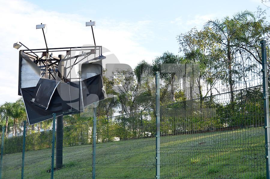 PIRACICABA, 22.07.2013 - ESTRAGOS CHUVA PIRACICABA - O temporal acompanhado de granizo que atingiu Piracicaba (SP) na tarde de domingo(21) derrubou árvores e causou prejuízos em diferentes pontos da cidade. Ruas e avenidas da região central foram as mais afetadas. (Foto: Mauricio Bento / Brazil Photo Press).