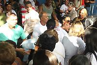 RIO DE JANEIRO, RJ, 28.04.2014 - VELORIO FABIOLA CUNHA PEIXOTO - Familiares durante velorio de Fabíola da Cunha Peixoto, morta a tiros pelo namorado, cabo da Polícia Militar Leandro Pinto de Carvalho. Velorio no no Cemitério de Irajá, na Zona Norte. O criminoso está foragido e sua prisão preventiva foi decretada pela Justiça, nesta segunda-feira, 28. (Foto: Celso Barbosa / Brazil Photo Press).