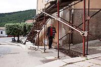 Bonefro: un abitante del paese tra le impalcature montate come riparo da eventuali crolli subito dopo il sisma del 2002