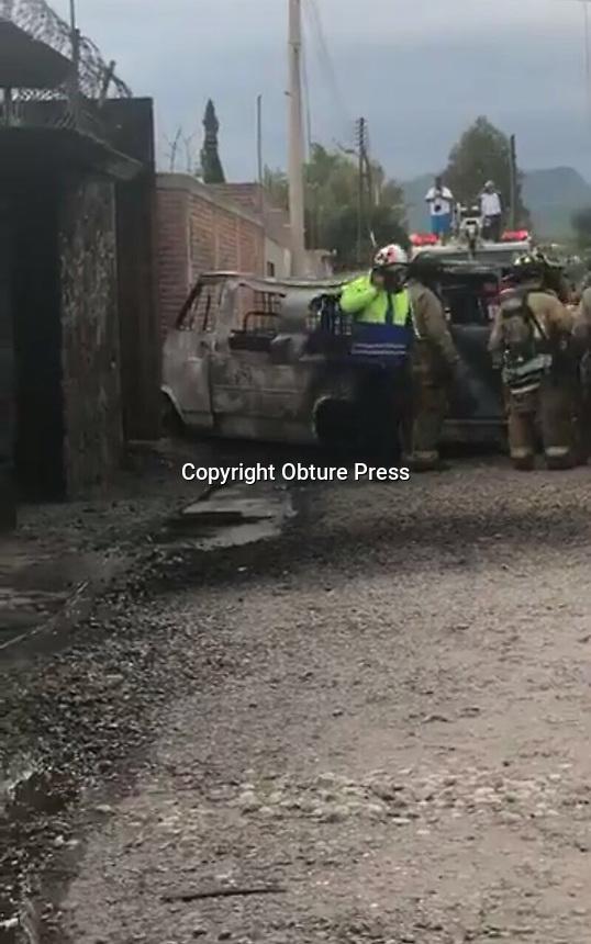 San Juan del Rio. Qro. 29 de agosto 2017.- Una camioneta tipo van se incendió en la calle de Lobo en la Colonia granjas Banthí en San Juan del Río. La camioneta al parecer se encontraba con al menos cuatro contenedores de combustible presuntamente robado.