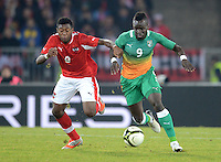 Fussball International  Freundschaftsspiel   14.11.2012 Oesterreich - Elfenbeinkueste David Alaba (li, Oesterreich) gegen Cheick Ismael Tiote (Elfenbeinkueste)