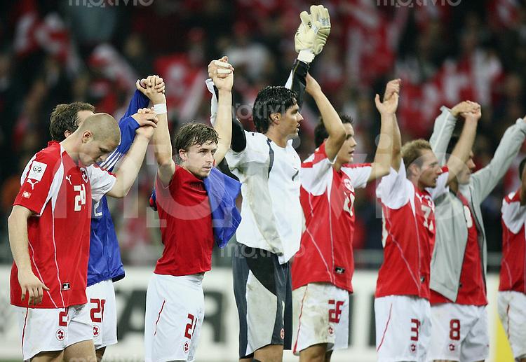 Fussball International WM Qualifikation Schweiz 1-1 Frankreich SUI Team mit Dank an die Fans nach dem Abpfiff, Laola