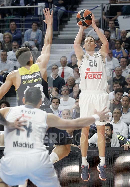 Real Madrid's Jaycee Carroll (r) and Fenerbahce Istambul's Bogdan Bogdanovic during Euroleague Quarter-Finals 3rd match. April 19,2016. (ALTERPHOTOS/Acero)