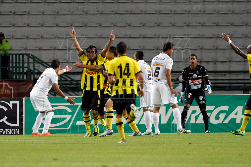 MANIZALES -COLOMBIA, 01-09-2013. Arnaldo Pereira (C) de Alianza Petrolera celebra un gol en contra de Once Caldas durante partido  válido por la fecha 8 de la Liga Postobón II 2013 jugado en el estadio Palogrande de la ciudad de Manizales./ Alianza Petrolera player Arnaldo Pereira  (C) celebrates a goal against Once Caldas during match valid for the 8th date of the Postobon  League II 2013 at Palogrande stadium in Manizales city. Photo: VizzorImage/Yonboni/STR