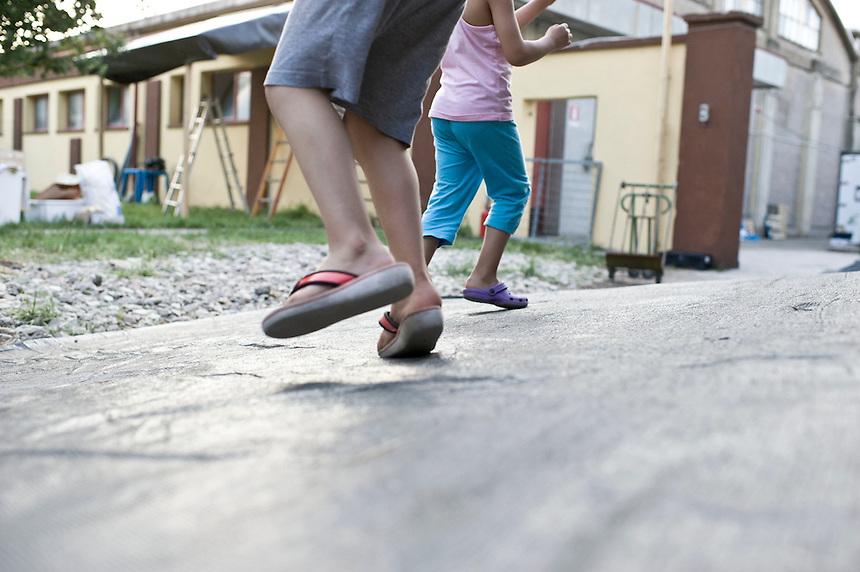 Finale Emilia - 30 maggio 2012 - Campo 2 della protezione civile, il momento della distribuzione serale dei pasti.