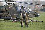 Foto: VidiPhoto<br /> <br /> ZOELMOND &ndash; De Apache gevechtshelicopter die maandagavond tegen een hoogspanningskabel bij Zoelmond vloog en in een weiland een noodlanding moest maken, wordt dinsdag uitgebreid ge&iuml;nspecteerd. De Koninklijke Marechaussee en de Onderzoeksraad voor Veiligheid (OVV) stellen een strafrechtelijk onderzoek in tegen de piloten. De diensten willen weten of er sprake is van verwijtbaar gedrag. Volgens getuigen vlogen twee van de totaal vier deelnemende gevechtshelicopters laag achter elkaar aan. De voorste Apache wist de hoogspanningsdraden op het laatste moment te ontwijken. Dat lukte de tweede heli niet. Die raakte de kabels en moest vervolgens een noodlanding maken. Beide piloten van de Apache bleven daarbij ongedeerd. De Apaches namen deel aan de oefening Decisive Thunder. Door de botsing ontstond er een grote stroomstoring in de regio rond Culemborg, waarbij zeker 24.000 huishoudens getroffen werden. De plek waar de helicopter staat is tot militair gebied verklaard. Burgers mogen er niet komen. Bovendien is de naastgelegen N320 afgesloten. Tien jaar geleden, in 2007, gebeurde een soortgelijk ongeluk in de Bommelerwaard bij Hurwenen. Toen vloog er ook een Apache-heli tegen hoogspanningskabels. Destijds zaten ongeveer 50.000 huishoudens dagen zonder stroom. Na enkele lange rechtszaken moest Defensie vier gemeenten betalen. De piloten die de Apache-helikopter bestuurden kregen eerder een taakstraf.