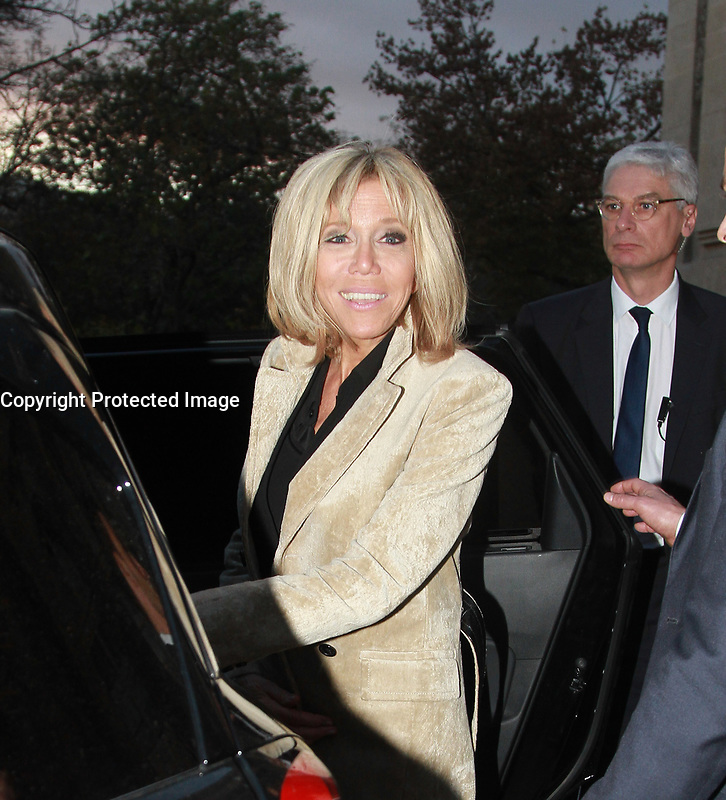BRIGITTE MACRON AU SALON PARIS PHOTO 2017 AU GRAND PALAIS. PARIS, FRANCE, 10/11/2017. # LES PEOPLE AU SALON PARIS PHOTO 2017 AU GRAND PALAIS